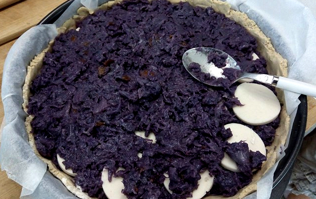 Ripieno della torta rustica disposto per strati