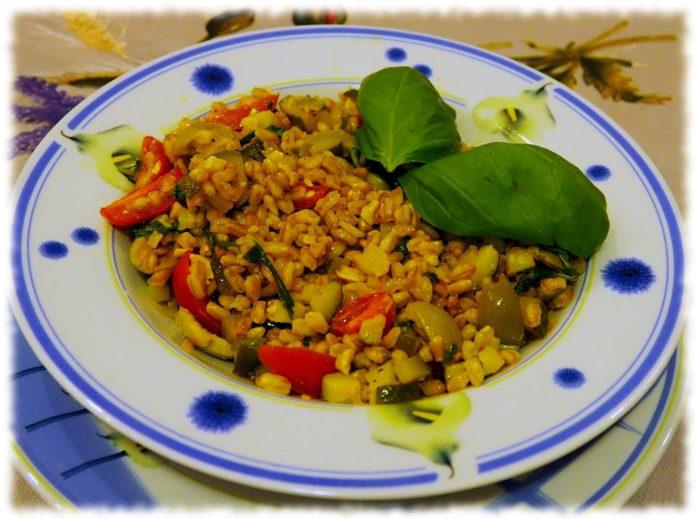 Farro con verdure miste e anacardi