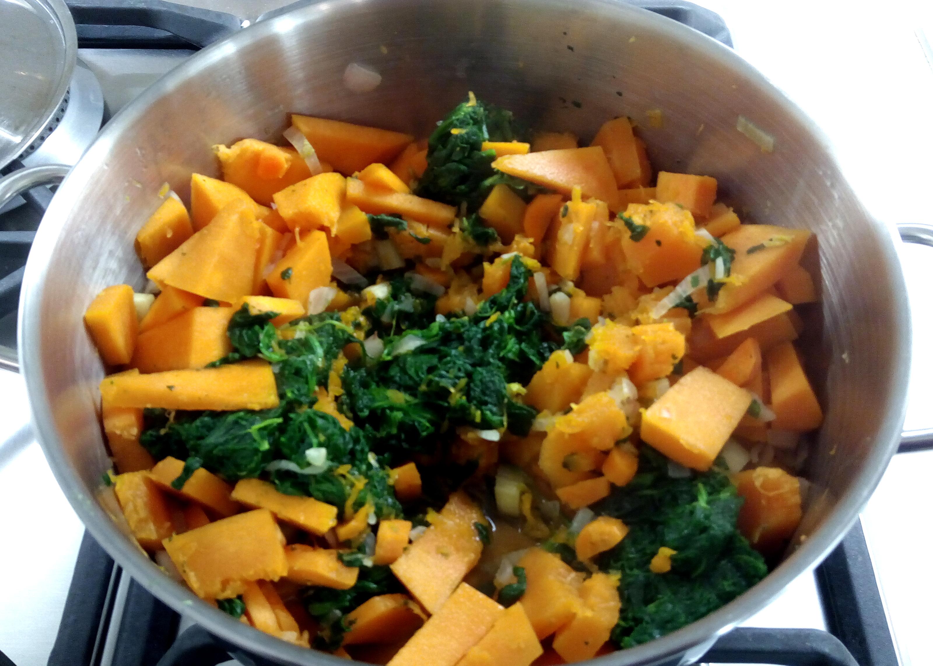 Unire zucca e spinaci nella pentola