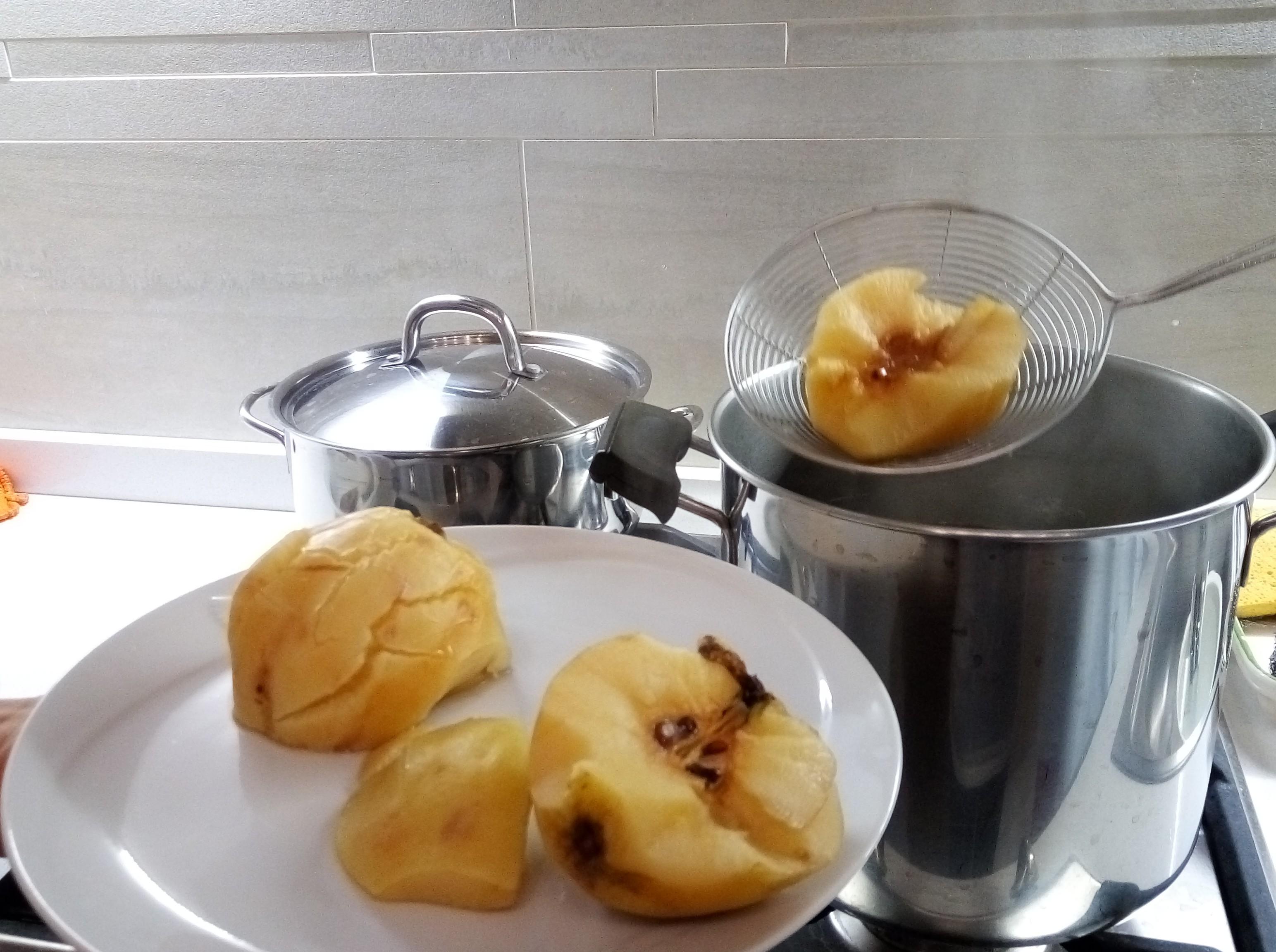 Togliete le mele dall'acqua aiutandovi con una schiumarola