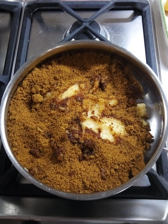 Mettete la polpa in una pentola, insieme allo zucchero e a due mestoli dell'acqua di cottura