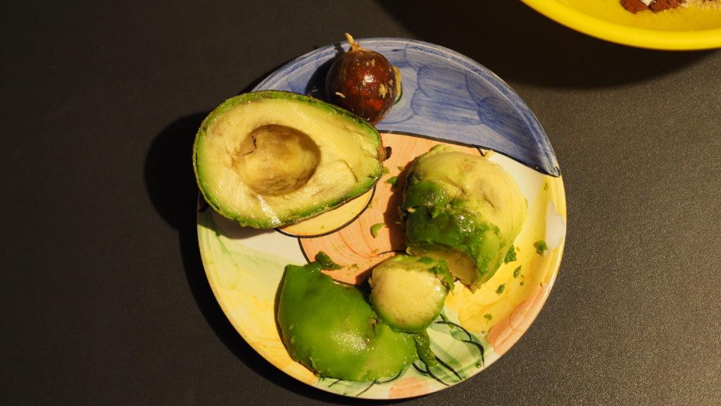 Sbucciate e tagliate l'avocado