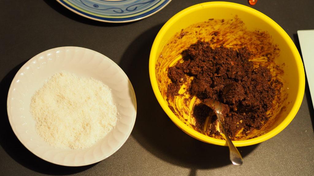 Spargete il cocco su un piatto